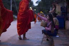 Luang Prabang, le Laos, moines et les gens dans l'aumône donnant le ceremon photos stock