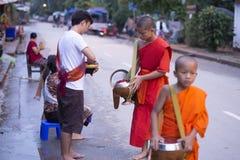 Luang Prabang, le Laos, moines et les gens dans l'aumône donnant le ceremon image stock