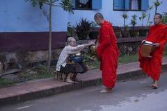 Luang Prabang, le Laos, moines et les gens dans l'aumône donnant le ceremon photo stock