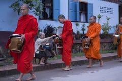 Luang Prabang, le Laos, moines et les gens dans l'aumône donnant le ceremon photographie stock libre de droits