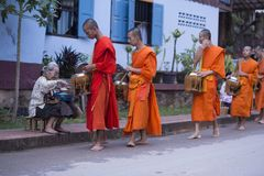 Luang Prabang, le Laos, moines et les gens dans l'aumône donnant le ceremon images libres de droits