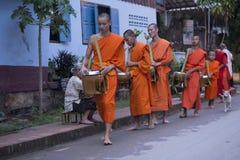 Luang Prabang, le Laos, moines et les gens dans l'aumône donnant le ceremon images stock