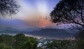 Luang Prabang (Louangphrabang) horisont, Laos. royaltyfri bild