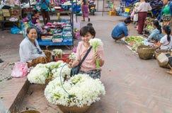 LUANG PRABANG-MAY 2014年:在一个早晨市场上在城市供营商 库存图片