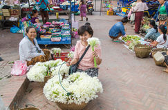 LUANG PRABANG- MAYO DE 2014: En un mercado de la mañana en la ciudad un vendedor Imagenes de archivo