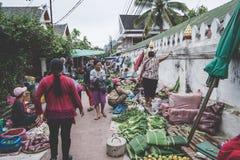 Luang Prabang Morgen-Markt am 13. November 2017 in Luang Prabang Laos Der Morgen-Markt ist ein populärer sourvenir Einkaufsstando Stockfotografie