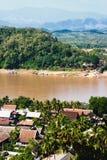 Luang Prabang stadssikt ovanför den Mekong floden Arkivfoton