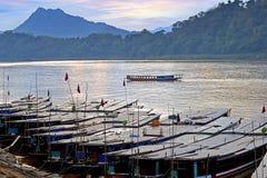 Luang Probang, Laos. Barcos por el río de Mekong. Fotografía de archivo libre de regalías