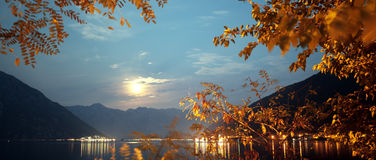 Luar dourado entre as montanhas fotografia de stock royalty free