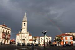 Luarca kyrka med regnbågen Royaltyfri Bild