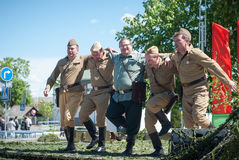 LUBAN,白俄罗斯- 2015年5月9日:一个小组执行舞蹈的苏联士兵制服的人  库存照片