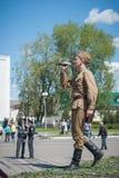 LUBAN, BELARUS - 9 MAI 2015 : un homme portant l'uniforme d'un soldat soviétique chante une chanson sur l'étape Images stock