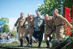 LUBAN, BIELORRUSIA - 9 DE MAYO DE 2015: un grupo de hombres en el uniforme de los soldados soviéticos que realizan una danza Foto de archivo