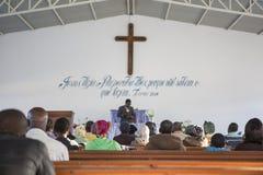 LUBANGO/ANGOLA - 13 JULI 2016 - afrikankyrka i Angola Royaltyfri Foto