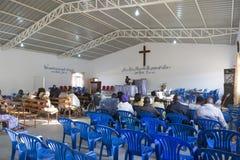LUBANGO/ANGOLA - 13 JULI 2016 - afrikankyrka i Angola, med n Royaltyfri Bild