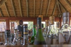 LUBANGO/ANGOLA - 28 SEP 2017 Prętowy kontuar z Afrykańskim barmanem Fotografia Stock