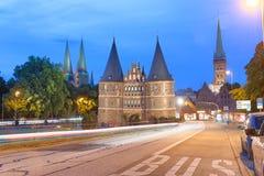 LUBECK, ALEMANIA - 22 DE JULIO DE 2016: Puerta de Holsten en la puesta del sol del verano Imagen de archivo