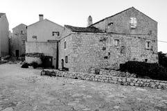 Lubenice的议院在茨雷斯岛B&W 库存图片