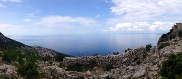 Lubenice, de kleine Kroatische stad op een heuvel stock afbeeldingen