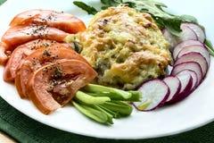 Lubina, cubierta con los purés de patata con las verduras frescas Foto de archivo libre de regalías