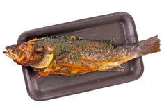 Lubina de Fried European (lubina) en una bandeja oscura Foto de archivo libre de regalías