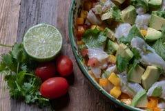 Lubina rayada preparada con receta peruana auténtica del ceviche imagenes de archivo