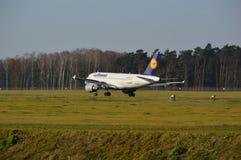 Lublin-Flughafen - Lufthansa-Flugzeuglandung Stockfotos