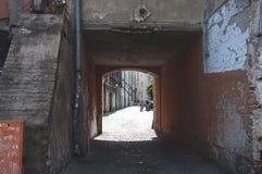 LUBLIN, POLAND-22 Czerwiec 2017 mały tunel między tenements w Lu Obraz Stock