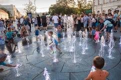 LUBLIN, POLEN - 27. JULI 2018: : Glückliche Kinder, die in einem wa spielen stockbilder