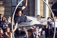 LUBLIN, POLEN 29 juli 2017 - straatuitvoerder het dansen verstand het wiel bij het Festival van Carnaval Sztukmistrzow in stadsru Royalty-vrije Stock Foto