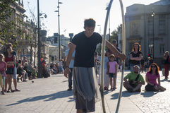 LUBLIN, POLEN 29 juli 2017 - straatuitvoerder het dansen verstand het wiel bij het Festival van Carnaval Sztukmistrzow in stadsru Stock Afbeelding