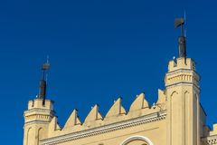 LUBLINO, POLONIA - Juni 07, 2018: Dettaglio del portone del castello di Lublino con le asce fotografie stock