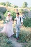 Ślubna para na naturze w letnim dniu zdjęcie stock