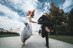 Ślubna para na spacerze Fotografia Royalty Free