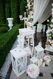 Ślubnej dekoraci kolorowy biel na trawy tle Obraz Stock