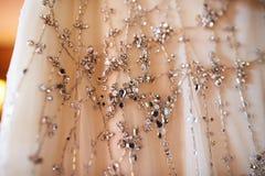 Ślubnej sukni obwieszenie w bibliotece obraz stock