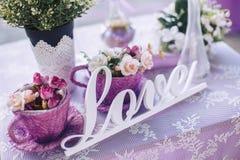 Ślubni dekoracyjni elementy i kwiaty na stole Zdjęcie Royalty Free