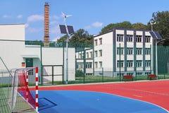 Lubno, Polônia - 9 de julho de 2018: Um estádio aberto no pátio de uma escola da vila Descarga da geração mais nova Ostenta o gro fotografia de stock royalty free