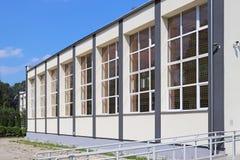 Lubno, Polen - 9. Juli 2018: Die moderne Sporthalle der Dorfschule Das Ableitungsgebäude der jüngeren Generation wände stockfoto