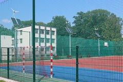 Lubno, Polen - juli 9 2018: Een open stadion in de binnenplaats van een dorpsschool Afvoer van de jongerengeneratie Sporten groun royalty-vrije stock foto