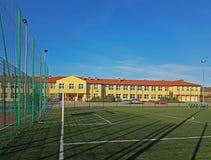 Lubno Polska, Lipiec, - 9 2018: Otwarty stadium w podwórzu wioski szkoła Wytrącanie młody pokolenie sporty zdjęcia royalty free