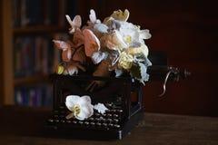 Ślubny boquet i stary maszyna do pisania fotografia royalty free