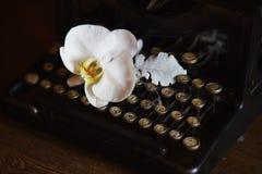 Ślubny boquet i stary maszyna do pisania Obrazy Royalty Free