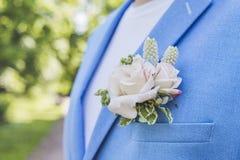 Ślubny boutonniere w kieszeni niebieska marynarka groo Fotografia Royalty Free