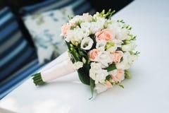 ślubny kwiatu bukiet na bielu stole Obrazy Stock