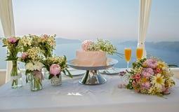Ślubny tort i bukiety kwiaty Zdjęcia Royalty Free