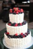 Ślubny tort z jagodami Obrazy Stock
