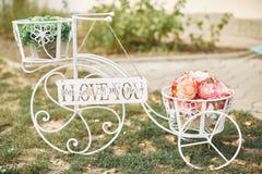 Ślubny wystroju bicykl, rower z kwiatami lub Obrazy Royalty Free