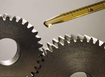 Lubricante de los piñones con un descenso del aceite foto de archivo libre de regalías