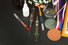 Lubrificação no esporte Abuso de esteroides anabólicos para esportes Esteroides anabólicos derramados em uma tabela de madeira Fr fotos de stock
